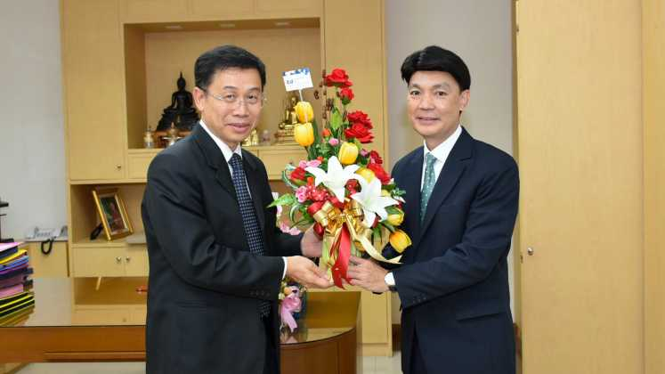 The director of International Institute for Trade and Development (Public Organization) offers flower basket to congratulate