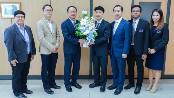 Dr. Kamalin Pinichphuwadol, Director of International Institute for Trade and Development (Public Organization) meets and gives flower basket to congratulate with Mr. Tossaporn Sirisampan