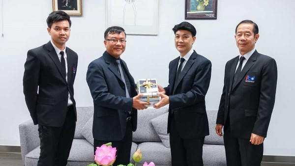 Dr. Kamalin Pinichphuwadol, Director of International Institute for Trade and Development (Public Organization) meets to discuss about corporation with Associate Professor Dr. Siridej Sucheewa, Dean of Education Faculty, Chulalongkorn University