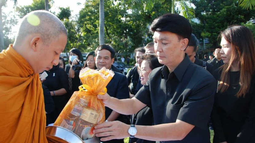 Director of ITD offered alms to monks in ceremony of 50 days after the death of His Majesty King Bhumibol Adulyadej